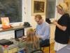 4-jurgen-schild-installerar-datorn-tillsammans-med-alemeida-och-marianne-fagerby